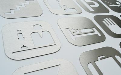 Plaques signalétiques en inox avec pictogrammes
