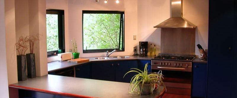 fond de hotte inox dans cuisine colorée