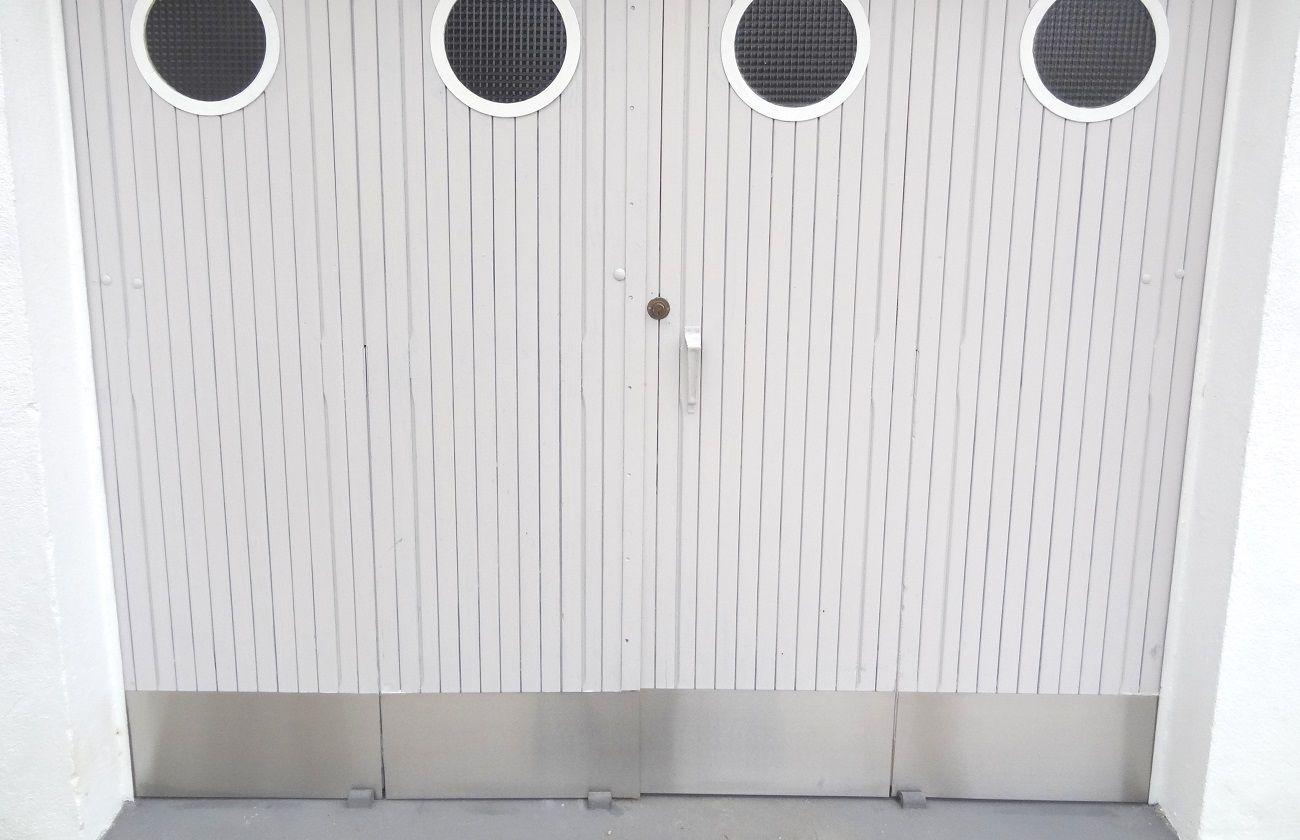 comment prot ger un bas de porte avec de l 39 inox. Black Bedroom Furniture Sets. Home Design Ideas